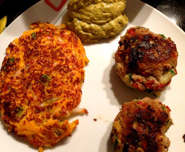 Mediterrane Frikadellen mit Süßkartoffelpuffer und sesam-avocado Pesto