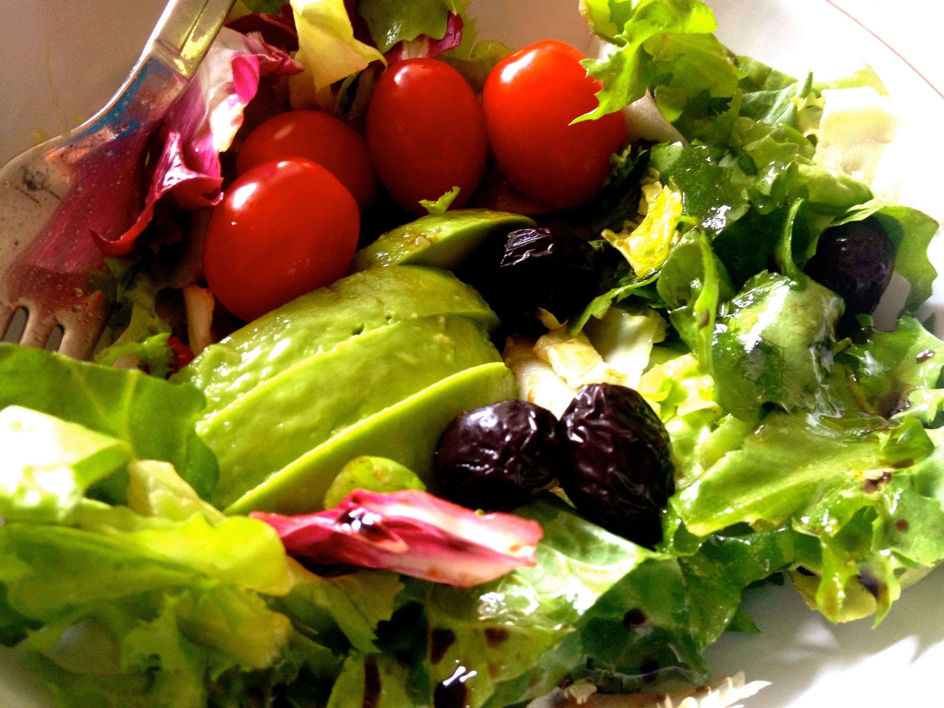 Salat mit Tomate Avocado Oliven