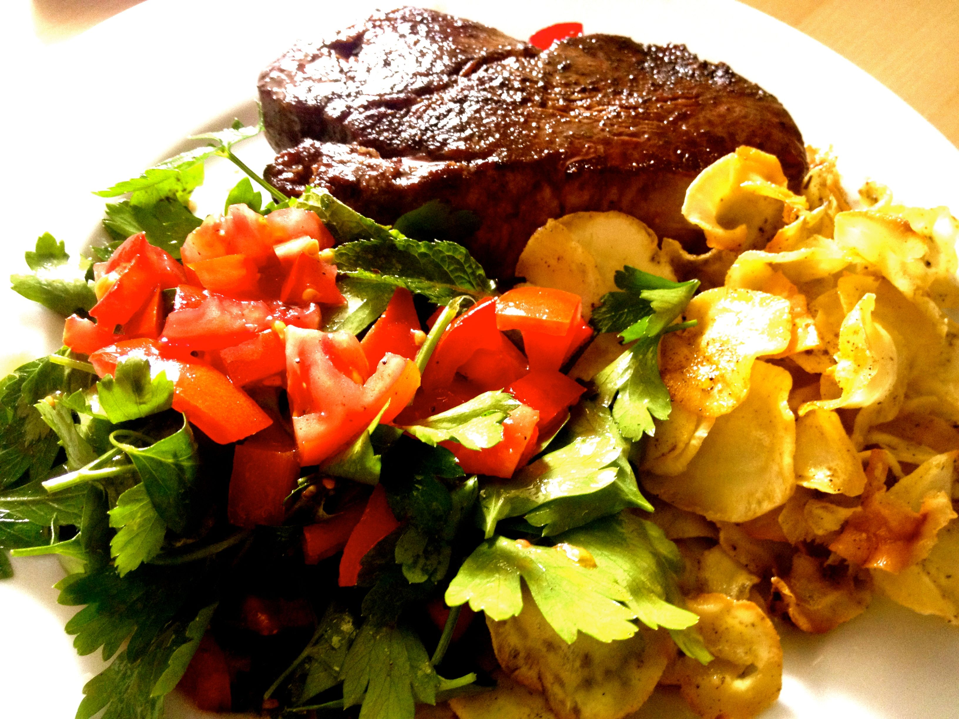 STeak mit Patinakenchips und Tabuleh Petersiliensalat