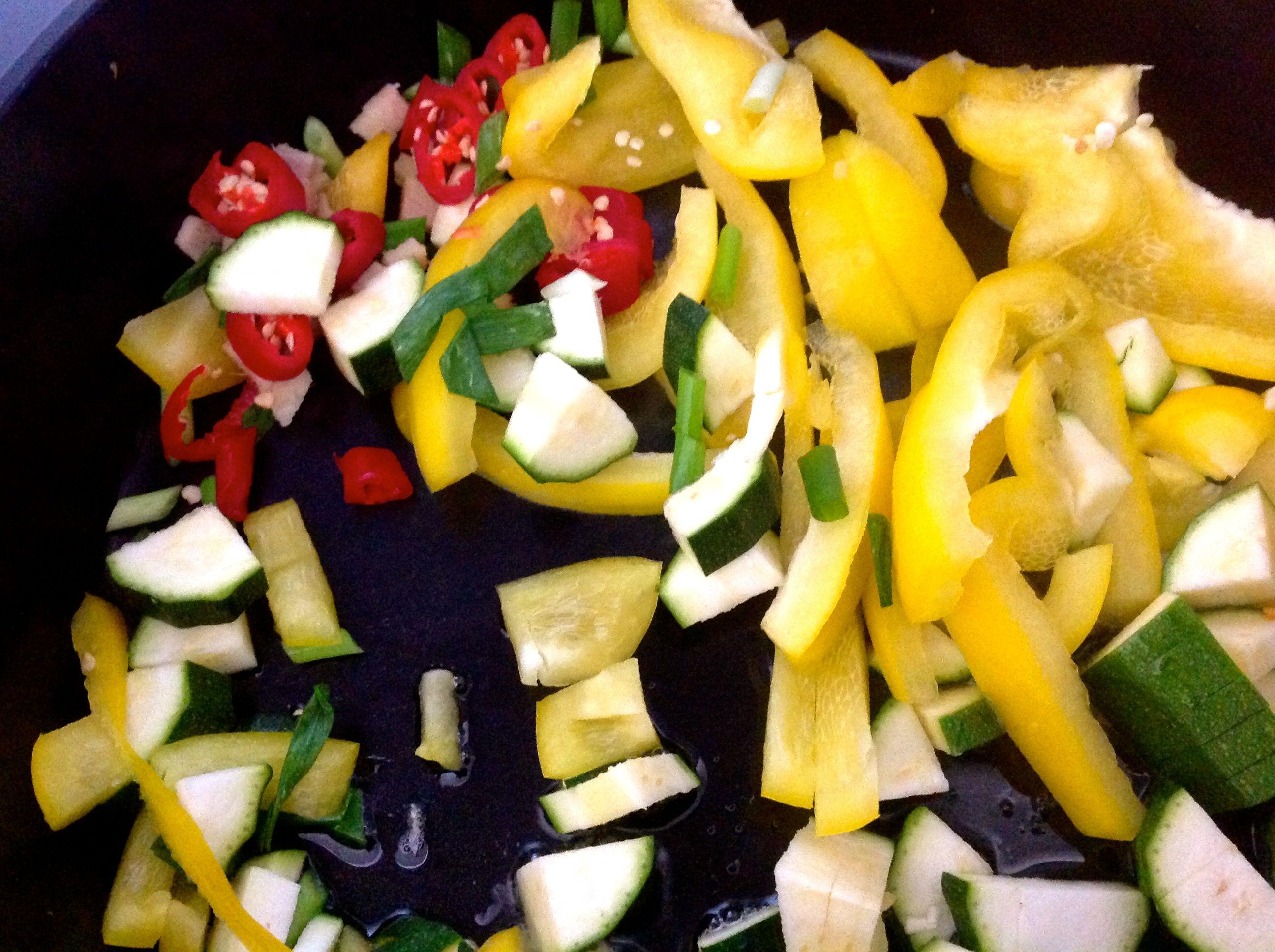 Rucola-Avocado Salat mit frischem Thunfisch und Cashewdressing