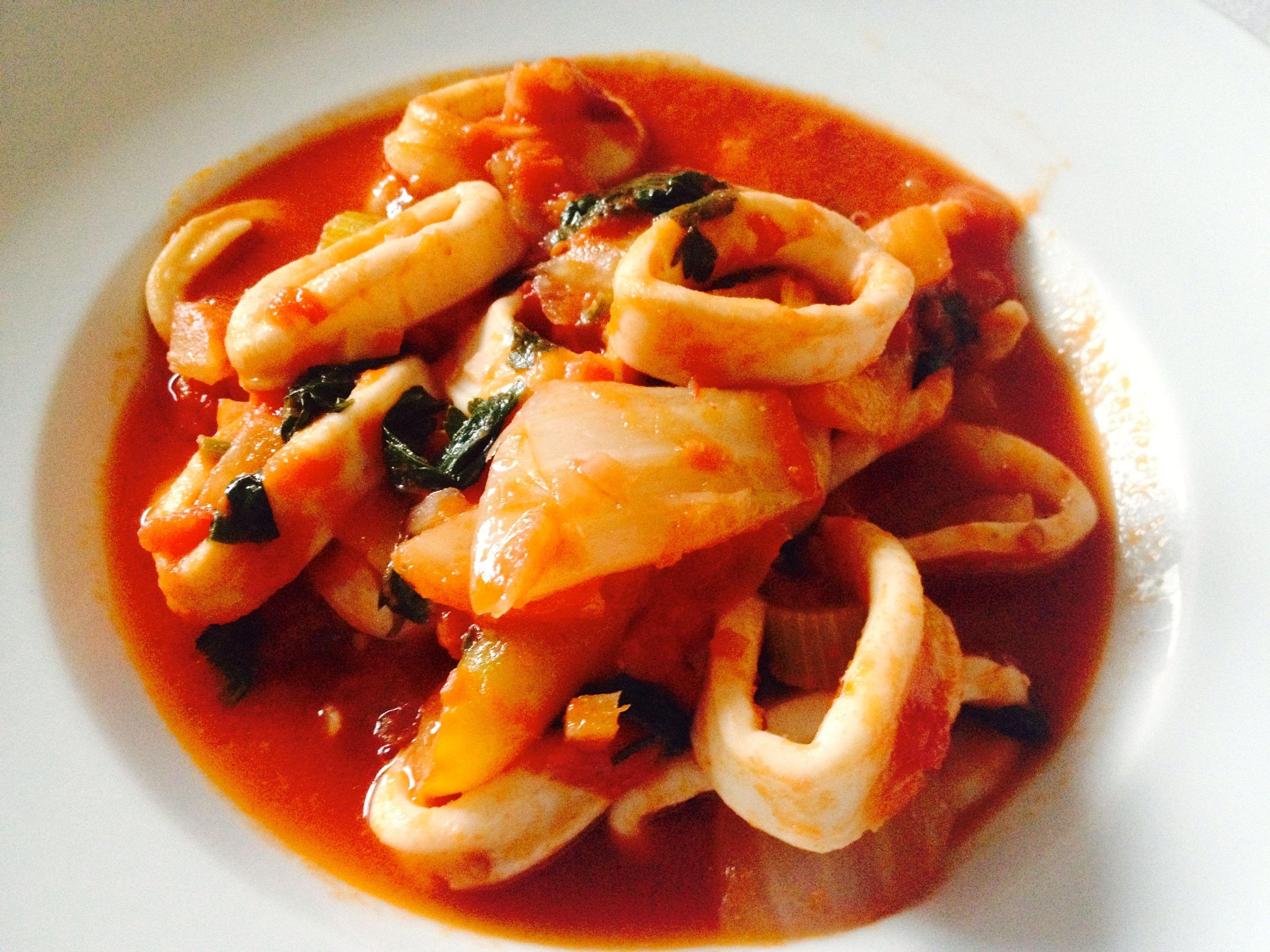 Tintenfischringe mit Fenchel in Tomatensoße 1